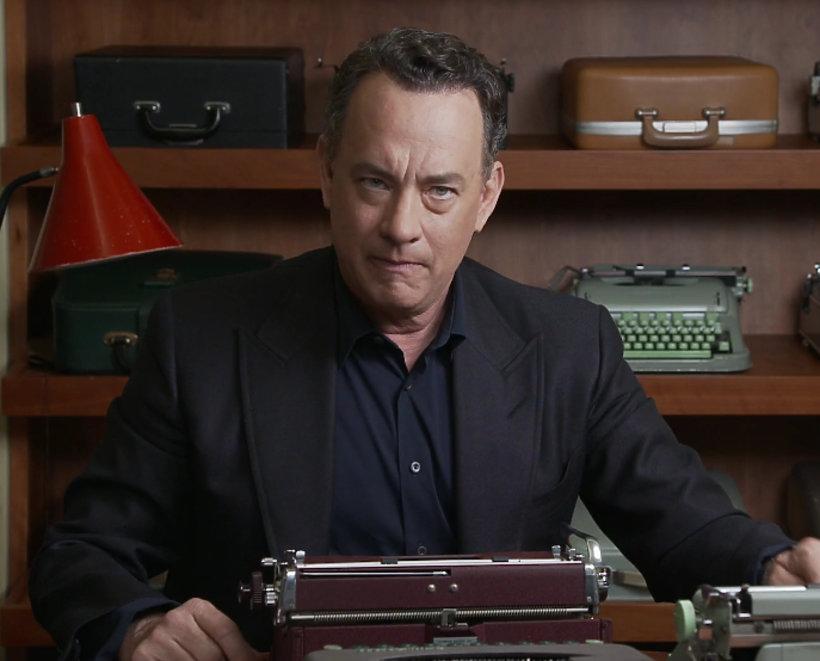 Tom Hanks z kolekcją maszyn do pisania.