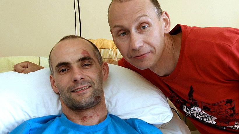 Tomasz Gollob (leży) z bratem Jackiem Gollobem.