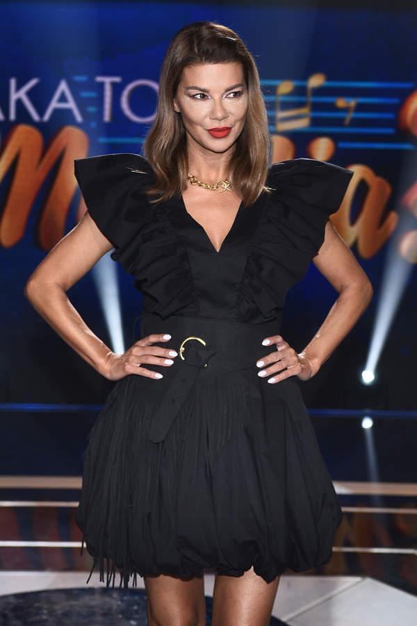 trendy-edyta-gorniak-w-modnej-czarnej-sukience-mini-na-lato-2020