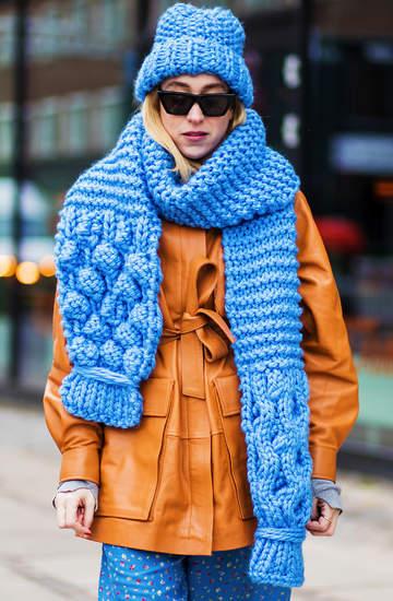trendy-jesien-zima-2020-2021-modne-czapki-szaliki-rekawiczki-z-oferty-znanych-marek