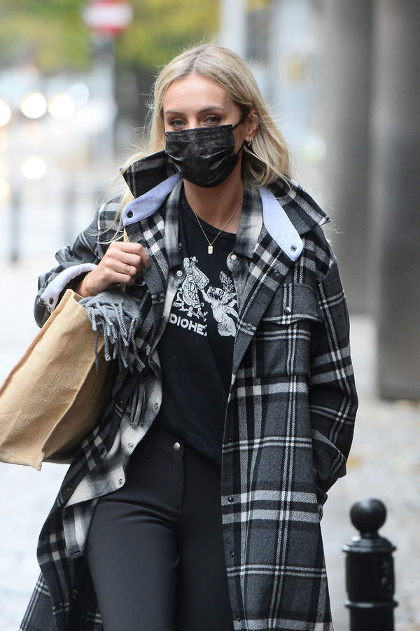 trendy-jesien-zima-2020-agnieszka-wozniak-starak-w-modnym-plaszczu-i-z-plecakiem-za-8-tys-zl