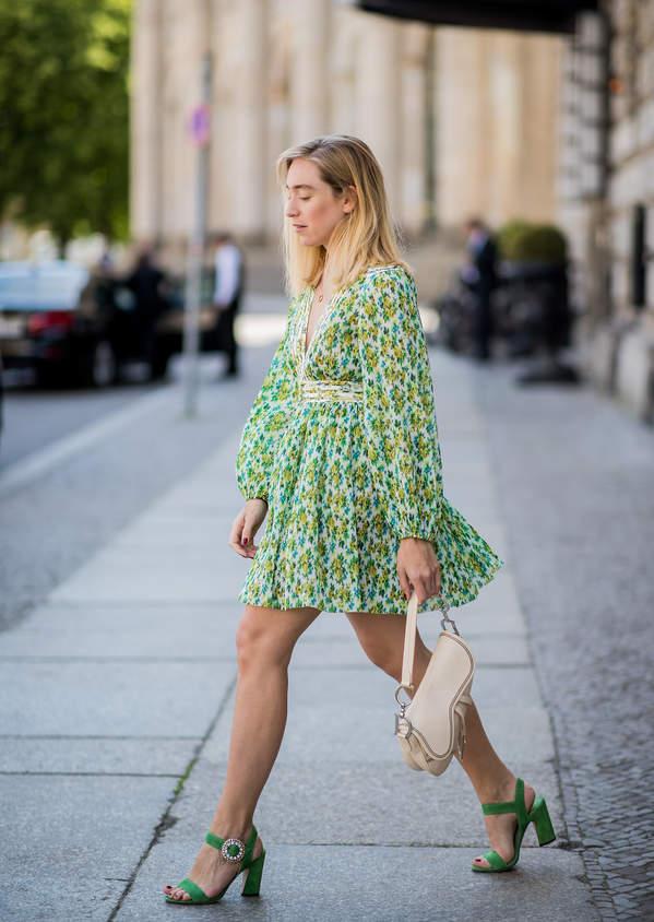 trendy-lato-2020-jak-dobrac-modne-szpilki-do-sukienki-w-kwiaty