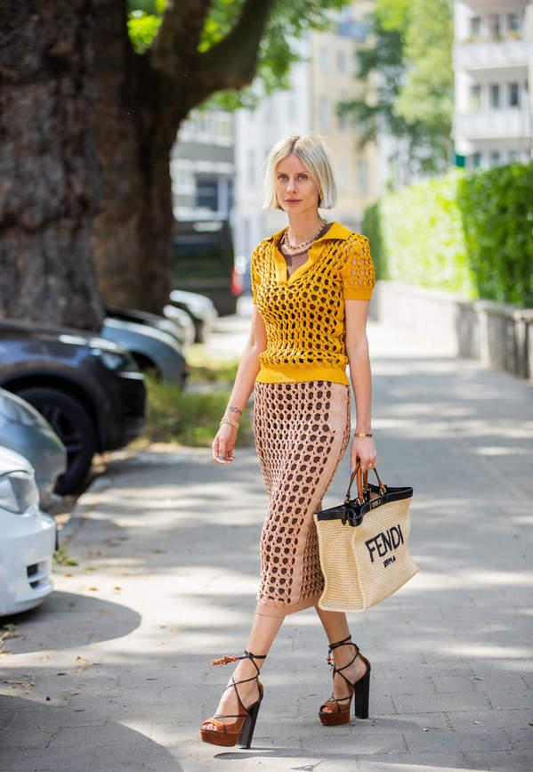 trendy-lato-2020-jak-nosic-spodnice-olowkowa-do-modnych-bluzek-i-szpilek