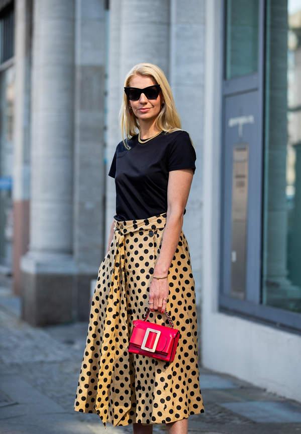 trendy-lato-2020-jak-nosic-spodnice-w-kropki-z-modnymi-bluzki