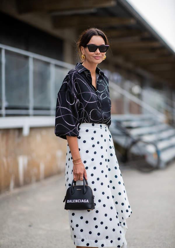 trendy-lato-2020-jak-nosic-spodnice-w-kropki-z-modnymi-koszulami1