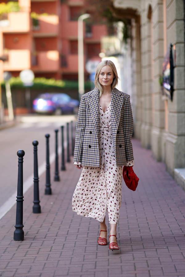 trendy-lato-2020-jak-ubrac-sie-na-chrzciny-postaw-na-modne-sukienki-marynarki-i-eleganckie-spodnie