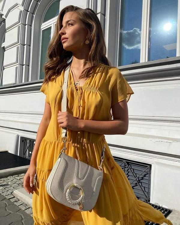 trendy-na-jesien-2020-julia-wieniawa-w-modnej-sukience-maxi-i-sneakersach-z-zalando