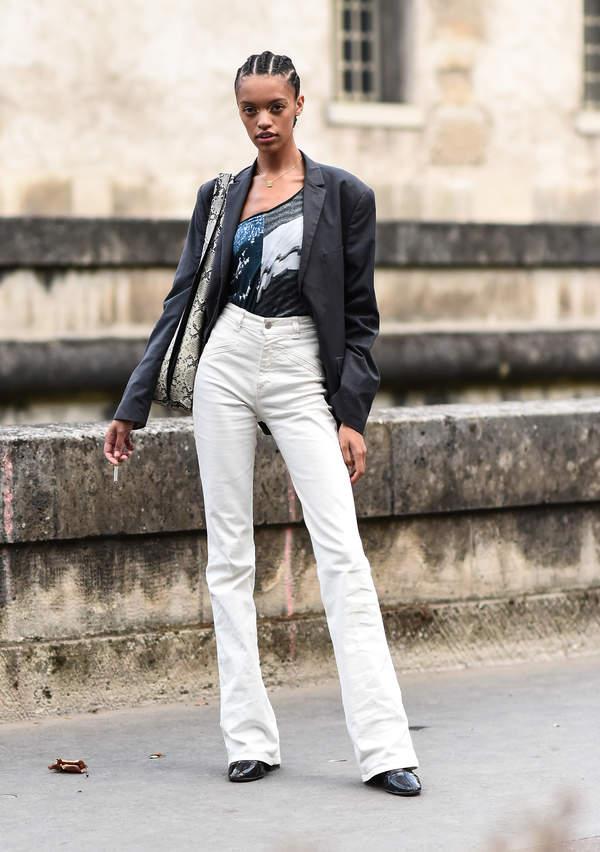 trendy-na-lato-2020-jak-laczyc-biale-spodnie-z-bluzkami-z-dekoltem