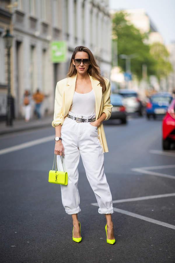 trendy-na-lato-2020-jak-laczyc-biale-spodnie-z-bluzkami-z-dekoltem-i-zakietem