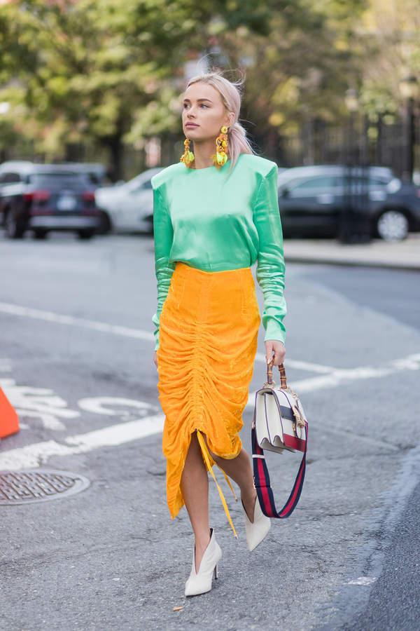 trendy-na-lato-2020-jak-laczyc-satynowe-i-jedwabne-bluzki-z-rozkloszowana-spodnica