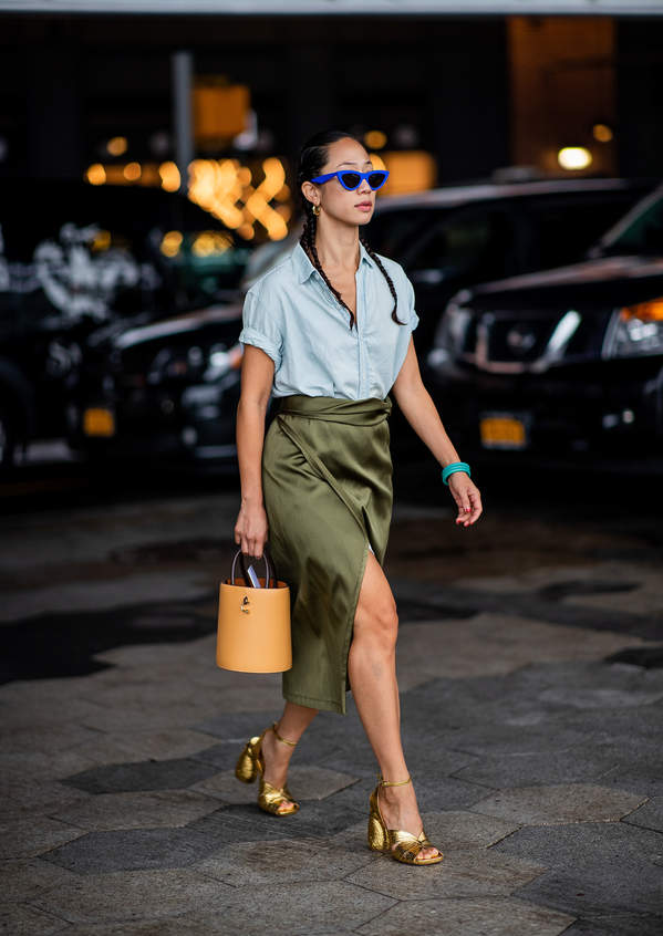 trendy-na-lato-2020-jak-laczyc-satynowe-i-jedwabne-bluzki-z-rozkloszowana-spodnica1