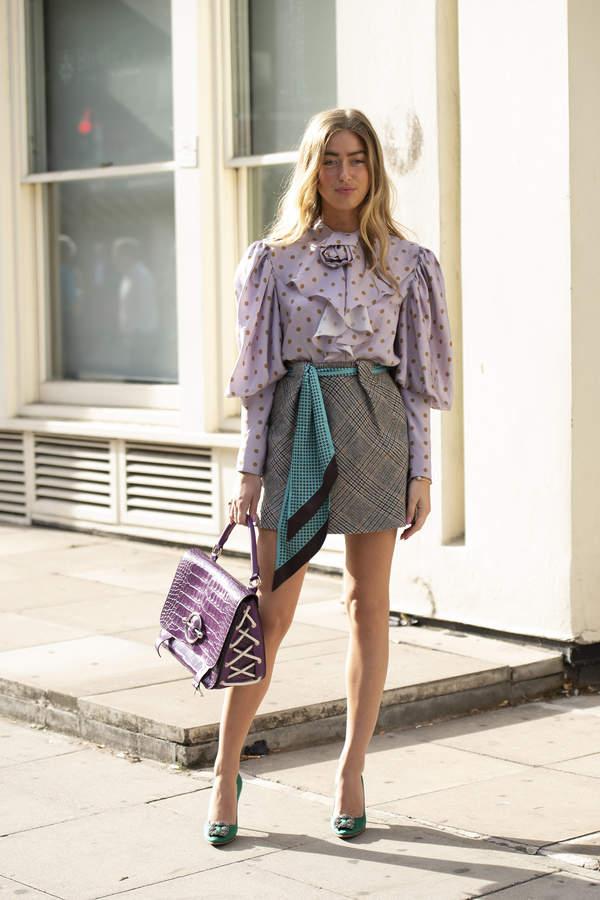 trendy-na-lato-2020-jak-laczyc-wzorzyste-spodnice-mini-z-modnymi-bluzkami