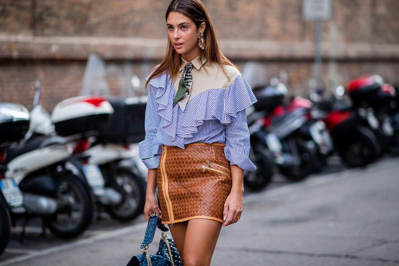 trendy-na-lato-2020-jak-nosic-wzorzyste-spodnice-mini-z-modnymi-bluzkami-z-falbanami