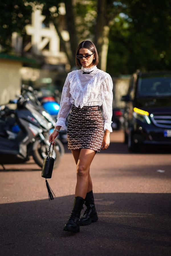 trendy-na-lato-2020-jak-nosic-wzorzyste-spodnice-mini-z-modnymi-topami