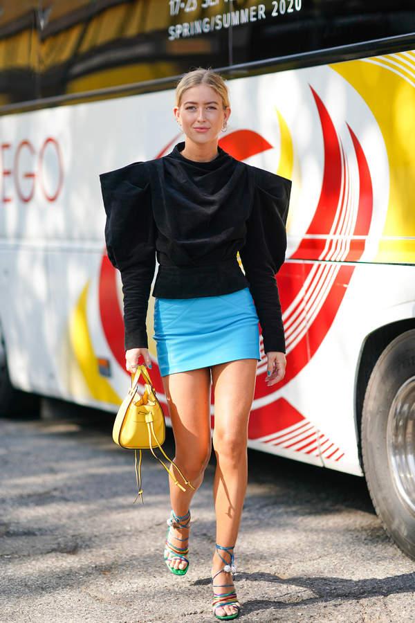 trendy-na-lato-2020-jak-nosic-wzorzyste-spodnice-mini-z-modnymi-topami1