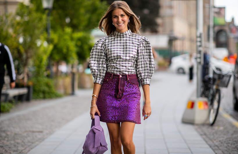 trendy-na-lato-2020-jak-nosic-wzorzyste-spodnice-mini-z-modnymi-topami2