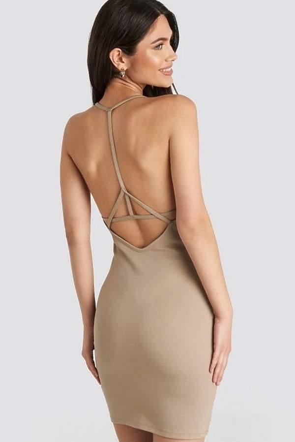 trendy-na-lato-2020-najmodniejsze-sukienki-na-plaze-czyli-kreacje-z-wycieciami-i-glebokimi-dekoltami-na-plecach