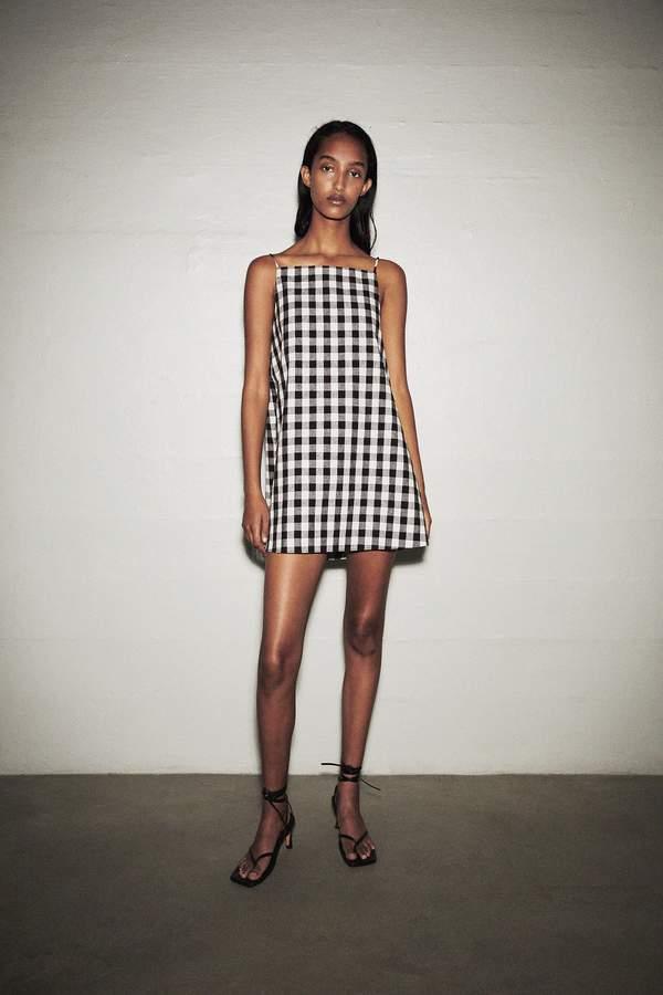 trendy-na-lato-2020-najpiekniejsze-wzorzyste-sukienki-we-wzory-z-zara-i-mango