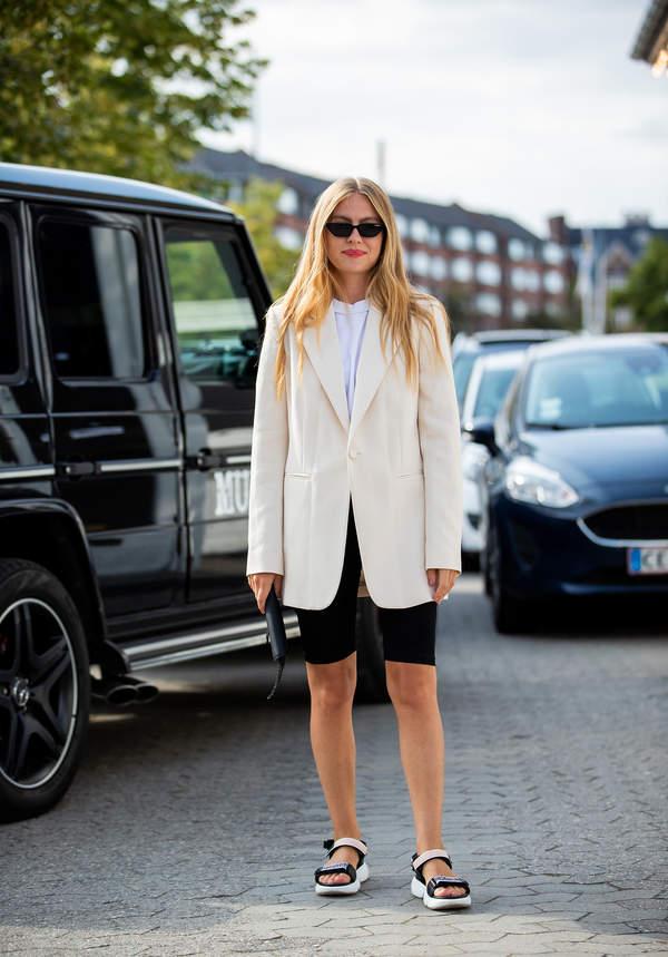 trendy-na-lato-jak-nosic-eleganckie-marynarki-do-szortow-i-modnych-butow-na-lato-2020