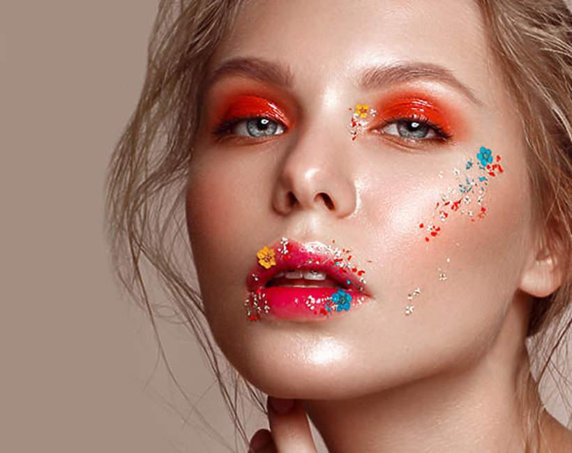 trendy na wiosnę 2021: kwiaty w makijażu