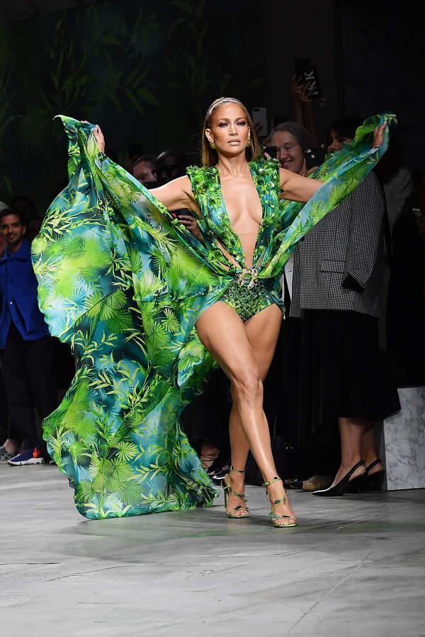 trendy-wiosna-lato-2020-jennifer-lopez-w-zjawiskowej-sukience-versace-w-reserved1