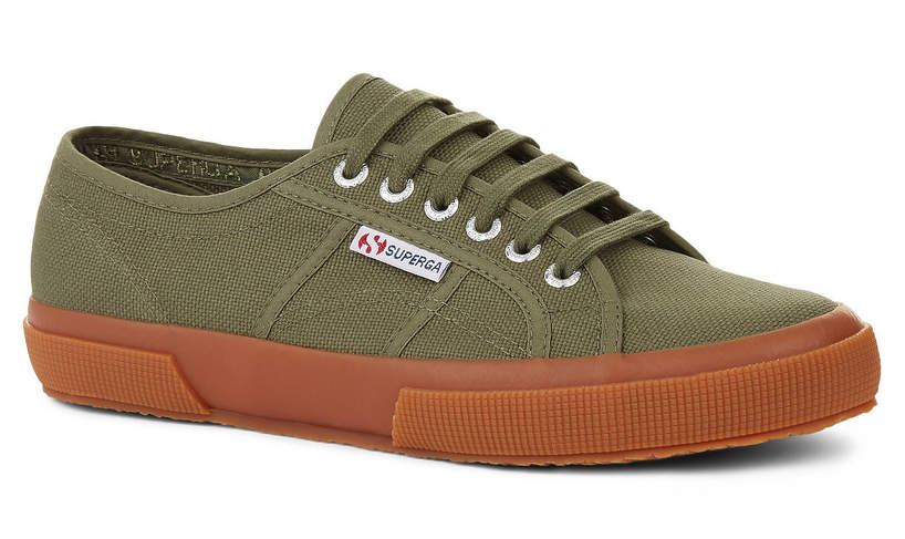trendy-wiosna-lato-2020-ksiezna-kate-pracuje-w-ogrodzie-w-stylowych-sneakersach