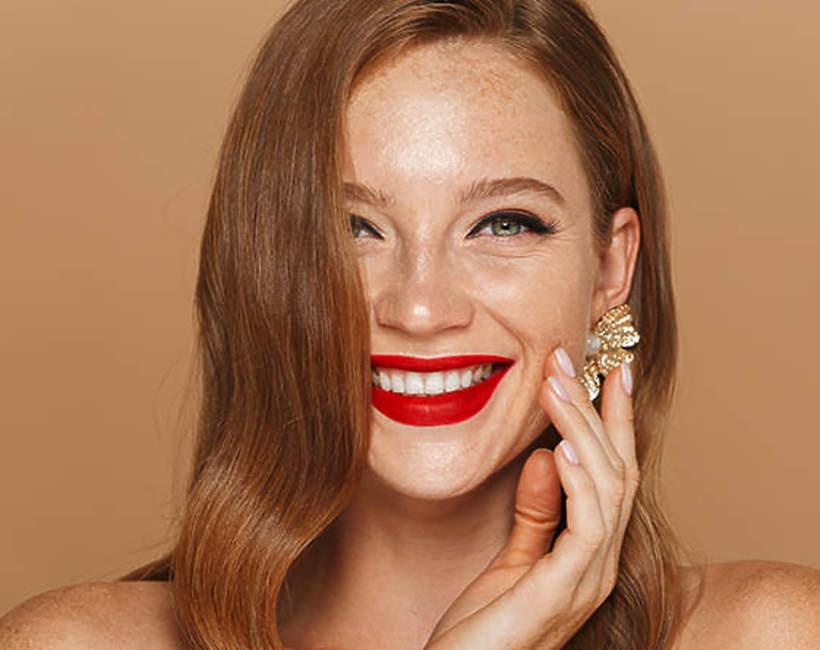 usmiechnieta-kobieta-z-pomalowanymi-ustami