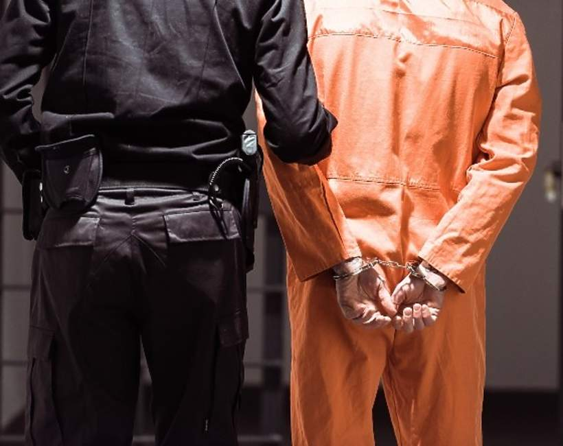 Więzień, areszt, kajdanki