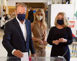 Rodzina Tusków już zagłosowała. Piękna stylizacja Kasi, ale to od jej mamy nie dało się oderwać wzroku!