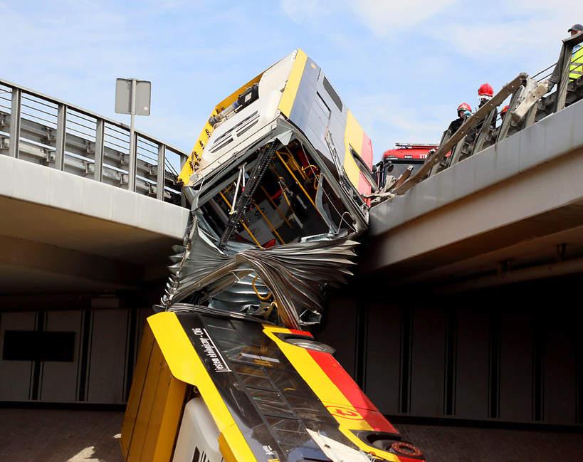 Wypadek autobusu w Warszawie na trasie s8, kierowca zasłabł