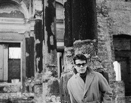 Zbigniew Cybulski w ruinach Pałacu Kronenberga przy ulicy Królewskiej, 1962