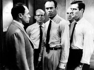 zdjęcie z filmu Dwunastu gniewnych ludzi. Henry Fonda