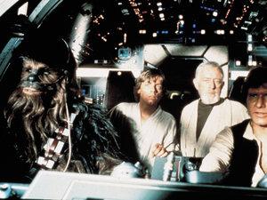 zdjęcie z filmu Gwiezdne wojny: Nowa nadzieja. Peter Mayhew, Mark Hamill, Alec Guinness, Harrison Ford