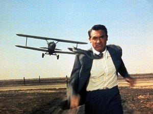 zdjęcie z filmu Północ północny-zachód. Cary Grant ucieka przed samolotem