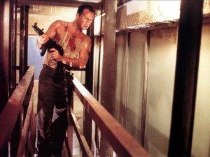zdjęcie z filmu Szklana pułapka, Die Hard. Bruce Willis