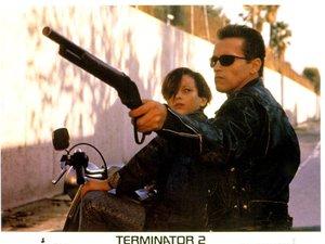zdjęcie z filmu Terminator 2: Dzień sądu. Edward Furlong, Arnold Schwarzenegger