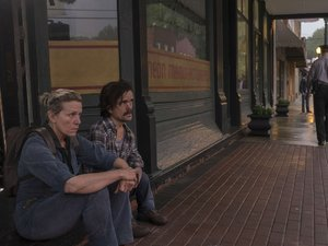 zdjęcie z filmu Trzy billboardy za Ebbing, Missouri. Frances McDormand, Peter Dinklage