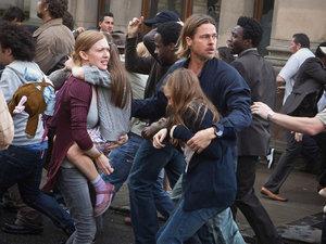 zdjęcie z filmu World War Z. Brad Pitt, Mireille Enos