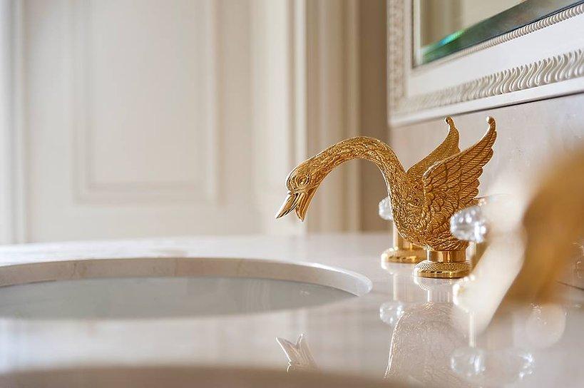 złocenia na umywalce w Ritzu
