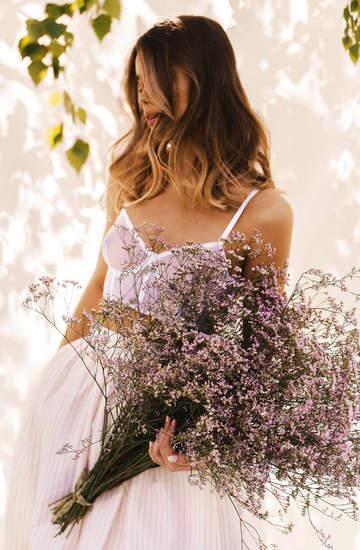 zwiewne-sukienki-i-romantyczne-koszule-ktore-sprawdza-sie-podczas-wakacji-kolekcja-son-trava-na-lato-2020-to-hold-dla-natury