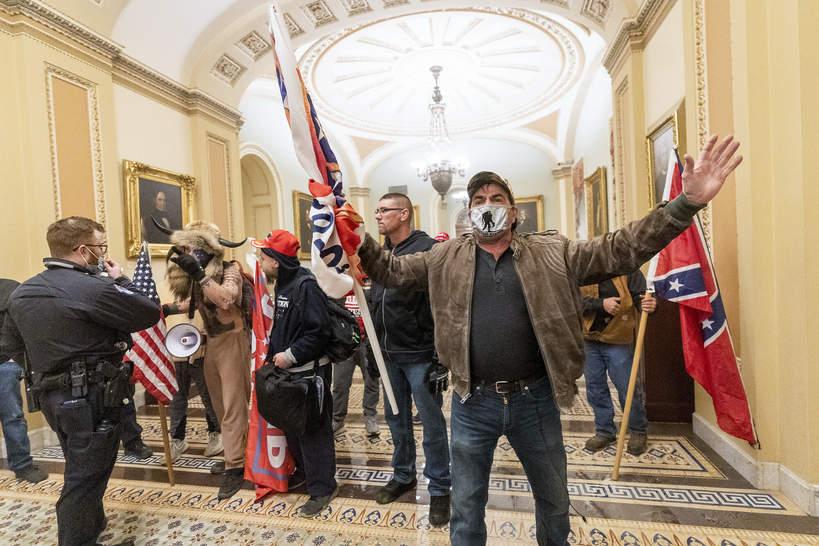 Zwolennicy Donalda Trumpa pod Kapitolem