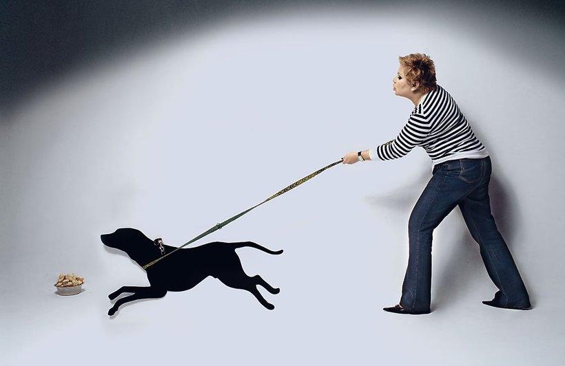 Dorota Wellman z czarnym psem