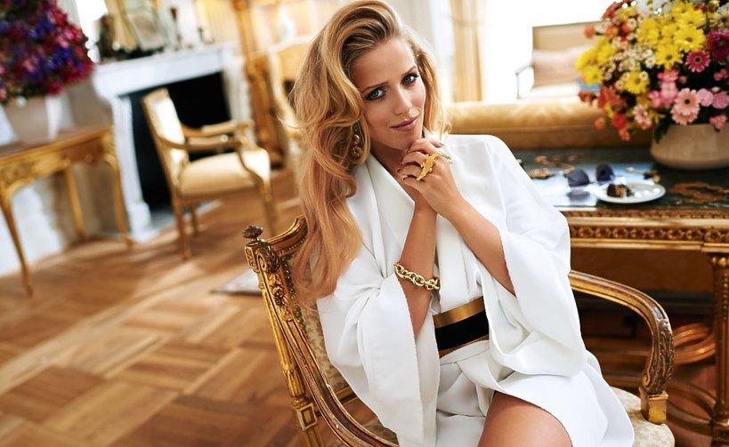 Jessica Mercedes w białym stroju