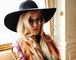 Jessica Mercedes w kapeluszu i ciemnych okularach