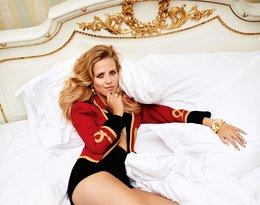 Jessica Mercedes leży na łóżku w szpilkach