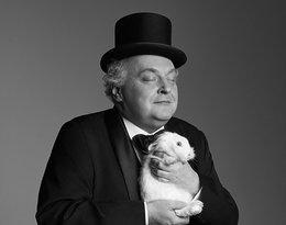 Maciej Nowak w cylindrze z białym królikiem
