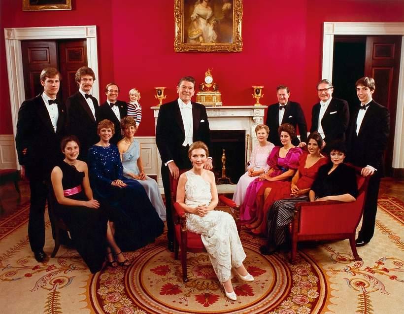 Nancy Reagan z całą rodziną wkrótce po wyborze Ronalda na prezydenta w styczniu 1981