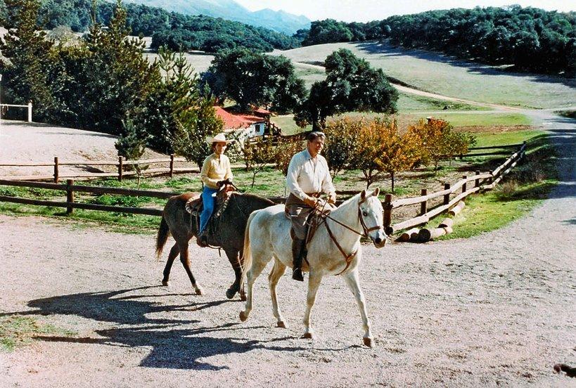 Nancy i Ronald Reagan podczas przejażdżki konnej na ranczo del Cielo w Santa Barbara