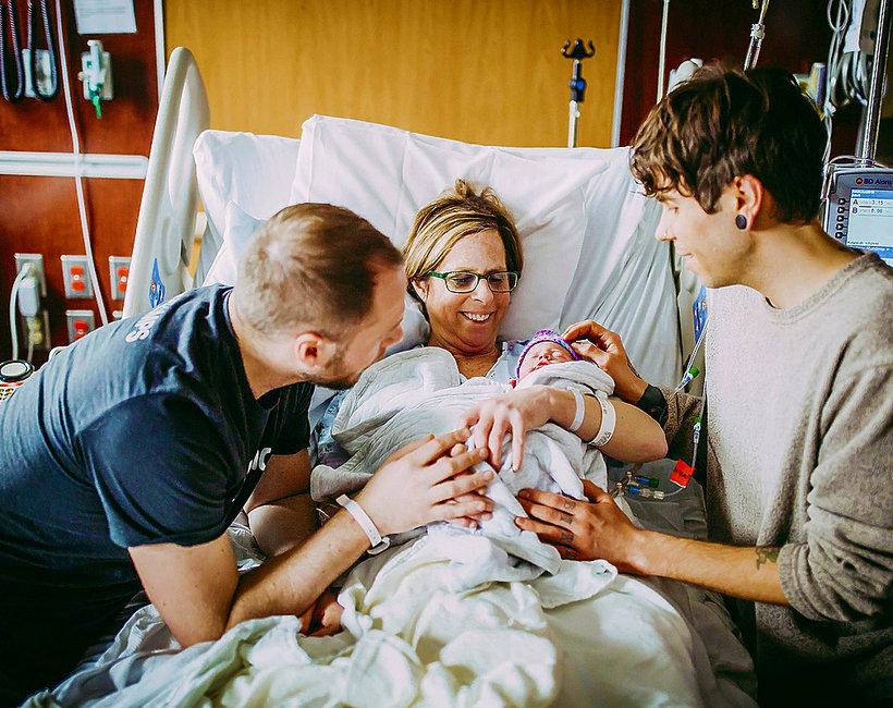 61-letnia matka, Cecile Eledge, urodziła córkę swojemu synowi Matthew Eledge'owi i jego partnerowi Elliotowi Dougherty