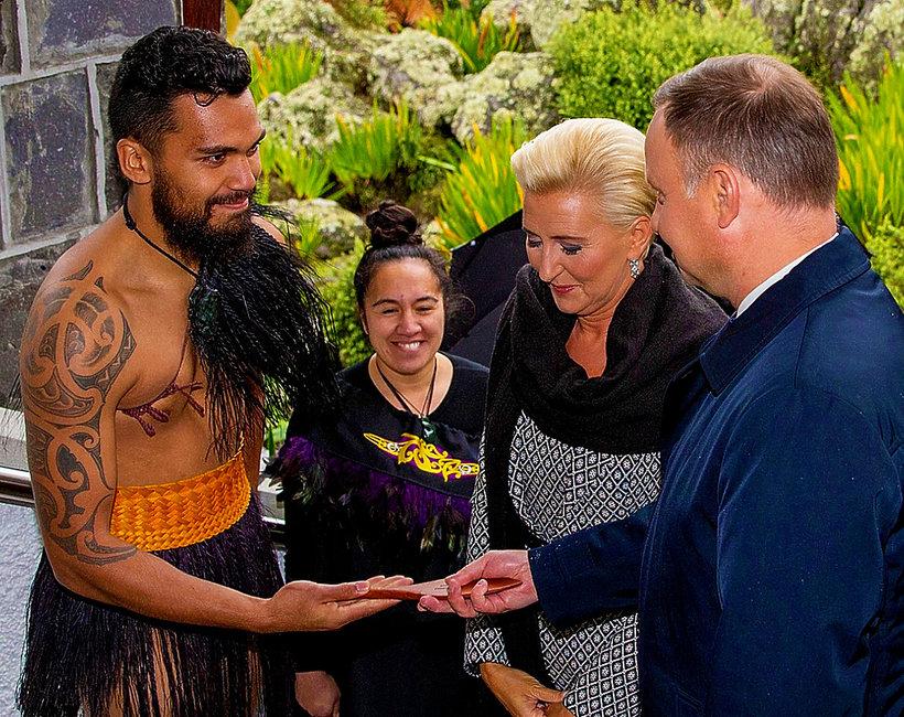 Agata Duda i Andrzej Duda w Nowej Zelandii. Pierwsza dama w objęciach Maorysa